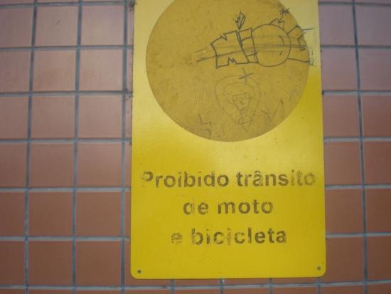 Na estação de Camaragibe, na região onde foi feita a pesquisa, o trânsito de bicicletas é proibido. Foto: Celso Calheiros